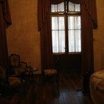 La porta e il mobilio della stanza