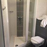 Salle de bain petite, très propre et fonctionnelle