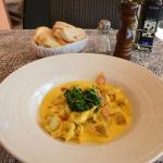 Tortellini su Fonduta di Parmigiano con Pancetta Croccante e Spinaci
