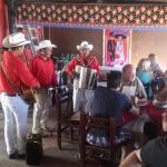 Mexicanos y mexicanas bailando..