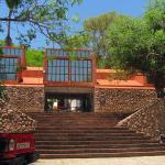 Escalinata y entrada al Museo