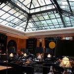 GFのカフェ。天窓からの光で明るい
