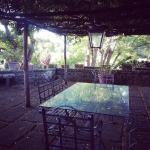 Il tavolo da pranzo sotto al portico di glicine