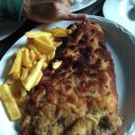 Cachopo de ternera relleno de pimientos, queso, jamón y espárragos