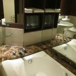 バスルームです。ブラウン管のテレビがあります。