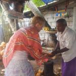 Вынимаем сердцевину из кокоса после того как выпили сердцевину.
