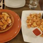 Tintenfisch auf Kartoffeln pikant gewürzt; Patatas mit Aioli und scharfer Tomatensauce