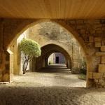 Sous les arcades de la place du Mercadiou à St Macaire