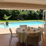 Frühstücksbereich und Pool
