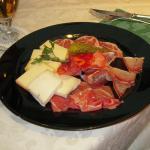 Piatto di affettati misti di formaggi e salumi