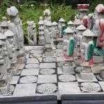 mesa de xadrez no jardim.