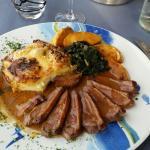 Magret de canard sauce cidre et miel, pommes caramélisées, épinards et gratin dauphinois