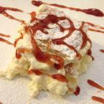 Millefoglie scomposto con chantilly e salsa di fragole