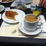 desayuno, media lunas, cafe con leche y jugo
