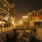 冬の温泉街 寒くても温かみのある日本の風景
