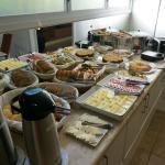 Café da manhã, mesa principal.