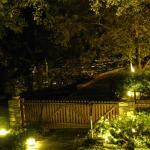 κηπος του ξενοδοχειου, στο βαθος η πολη του Βολου