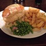 Chicken and ham pie chips and peas yum!��