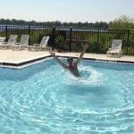 Mi marido disfrutando la pileta, con el lago atras