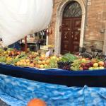 особые местные лодки для ловли угрей можно использовать и для экспозиции фруктов в дни ярмарок
