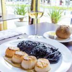 Noix de St Jacques poêlées sur coulis de crustacés, Tagliolini à l'encre de seiche
