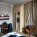 la camera d'albergo, con finestra sulla piazza di Bagnara