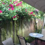 Mesas no jardim lateral