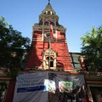 """Torre voltada para o """"Passeo Ponte"""" com a publicidade do governo de restauração."""