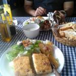 pastel de berenjena acompañado de ensalada