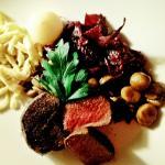 Hirschkalbssteak mit Wacholdersauce, gebratenen Champignons , Rotkraut , Maronen, gefüllter Will
