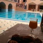 Bonita piscina en un hotel medio