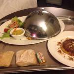 Possibilité de commander un excellent repas du restaurant, en dessous Del hôtel  Excellent et co