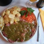 Bife à del Rey (filete de buey con una capa de queso y otra capa de jamón, acompañado con una sa