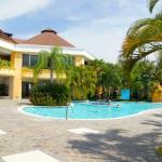 Una delle due piscine, con bar in piscina