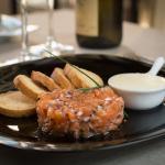 tàrtar de salmó marinat amb soja acompanyat de torradetes i mantega