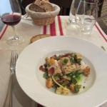 Fisch auf mediterranem Gemüse mit Speck