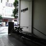 Entrada do hotel mostrando entrada de garagem
