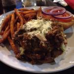 Camotes fritos y hamburguesa de Chilly con queso