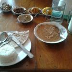 Jordnöt curry sås med ris och banan lassi
