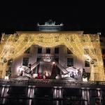 voogevel van het hotel in kerstsfeer