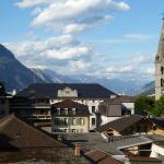 Vue sur l'Hôtel de ville, le clocher et le fond de la Vallée du Rhône