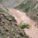 Reißende rote Fluten des Mekong alias Lancang im Canyon