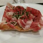 Pincho de pan cristal, jamón ibérico y zarzamora