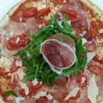 Pizza crudo, rucola, grana e pomodorini
