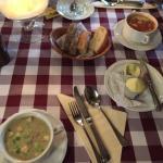 Zutphense Mosterd soep en Tomaten soep geserveerd met stokbrood met boter assorti.