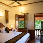 Stilvoll eingerichtete Zimmer mit Bad, Safe, Fan und Aircon