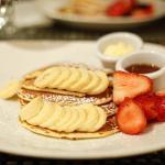 Pancake con banane e fragole