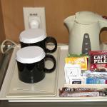 Chaleira elétrica disponível no quarto, chás e café solúvel :(