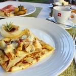 イタリア産パンチェッタとポテトのクレープ(手前)モルタデラハムとエメンタールチーズのクレープ(奥)