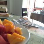 Mesa e salão do café da manhã